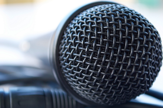 "Testa di un microfono utilizzato per la serata karaoke, un'attività di team building per le aziende ""srcset ="" https://blog.hubspot.com/hs-fs/hub/53/file-758492036-png/team_outings_karaoke.png?t=1535601922197&width = 270 & name = team_outings_karaoke.png 270w, https://blog.hubspot.com/hs-fs/hub/53/file-758492036-png/team_outings_karaoke.png?t=1535601922197&width=540&name=team_outings_karaoke.png 540w, https: / /blog.hubspot.com/hs-fs/hub/53/file-758492036-png/team_outings_karaoke.png?t=1535601922197&width=810&name=team_outings_karaoke.png 810w, https://blog.hubspot.com/hs-fs/ hub / 53 / file-758492036-png / team_outings_karaoke.png? t = 1535601922197 & width = 1080 & name = team_outings_karaoke.png 1080w, https://blog.hubspot.com/hs-fs/hub/53/file-758492036-png/team_outings_karaoke .png? t = 1535601922197 & width = 1350 & name = team_outings_karaoke.png 1350w, https://blog.hubspot.com/hs-fs/hub/53/file-758492036-png/team_outings_karaoke.png?t=1535601922197&width=1620&name=team_outings_karaoke. png 1620w ""sizes ="" (larghezza massima: 540px) 100vw, 540p X"