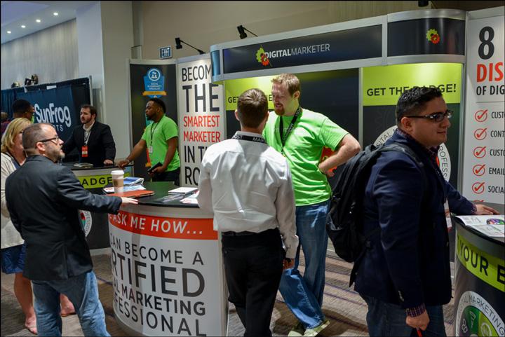 Il DigitalMarketer Booth è presidiato da dipendenti DM di un precedente Summit Traffic & Conversion