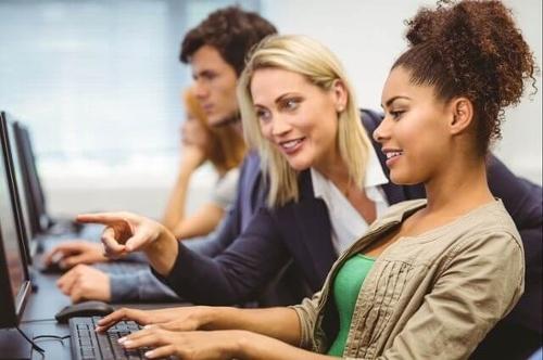 """Professore di marketing che indica lo schermo del computer di uno studente durante una lezione su alt text """"srcset ="""" https://blog.hubspot.com/hs-fs/hubfs/women-on-computer.jpg?t=1538195537844&width=250&name=women- on-computer.jpg 250w, https://blog.hubspot.com/hs-fs/hubfs/women-on-computer.jpg?t=1538195537844&width=500&name=women-on-computer.jpg 500w, https: // blog.hubspot.com/hs-fs/hubfs/women-on-computer.jpg?t=1538195537844&width=750&name=women-on-computer.jpg 750w, https://blog.hubspot.com/hs-fs/hubfs /women-on-computer.jpg?t=1538195537844&width=1000&name=women-on-computer.jpg 1000w, https://blog.hubspot.com/hs-fs/hubfs/women-on-computer.jpg?t= 1538195537844 & width = 1250 & name = women-on-computer.jpg 1250w, https://blog.hubspot.com/hs-fs/hubfs/women-on-computer.jpg?t=1538195537844&width=1500&name=women-on-computer.jpg 1500w """"sizes ="""" (larghezza massima: 500px) 100vw, 500px"""