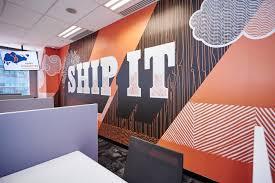 """Murale arancione che dice """"spedirlo"""" su un muro nell'ufficio di Singapore di HubSpot """"width ="""" 500 """"style ="""" width: 500px; blocco di visualizzazione; margin-left: auto; margin-right: auto; """"srcset ="""" https://blog.hubspot.com/hs-fs/hubfs/hubspot-mural.jpeg?t=1538195537844&width=250&name=hubspot-mural.jpeg 250w, https: // blog .hubspot.com / hs-fs / hubfs / hubspot-mural.jpeg? t = 1538195537844 & width = 500 & name = hubspot-mural.jpeg 500w, https://blog.hubspot.com/hs-fs/hubfs/hubspot-mural. jpeg? t = 1538195537844 & width = 750 & name = hubspot-mural.jpeg 750w, https://blog.hubspot.com/hs-fs/hubfs/hubspot-mural.jpeg?t=1538195537844&width=1000&name=hubspot-mural.jpeg 1000w, https://blog.hubspot.com/hs-fs/hubfs/hubspot-mural.jpeg?t=1538195537844&width=1250&name=hubspot-mural.jpeg 1250w, https://blog.hubspot.com/hs-fs/hubfs /hubspot-mural.jpeg?t=1538195537844&width=1500&name=hubspot-mural.jpeg 1500w """"sizes ="""" (larghezza massima: 500px) 100vw, 500px"""
