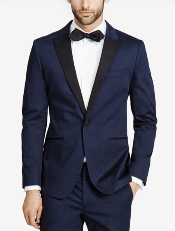 Un uomo che modella un abito blu scuro