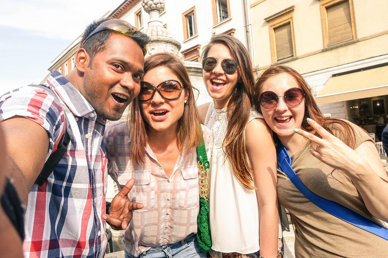 La crescita dell'interconnettività sui social media non smette di innalzare la solitudine giovanile