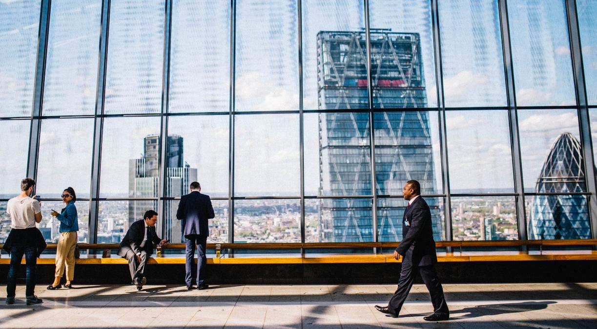 uomini d'affari e skyline