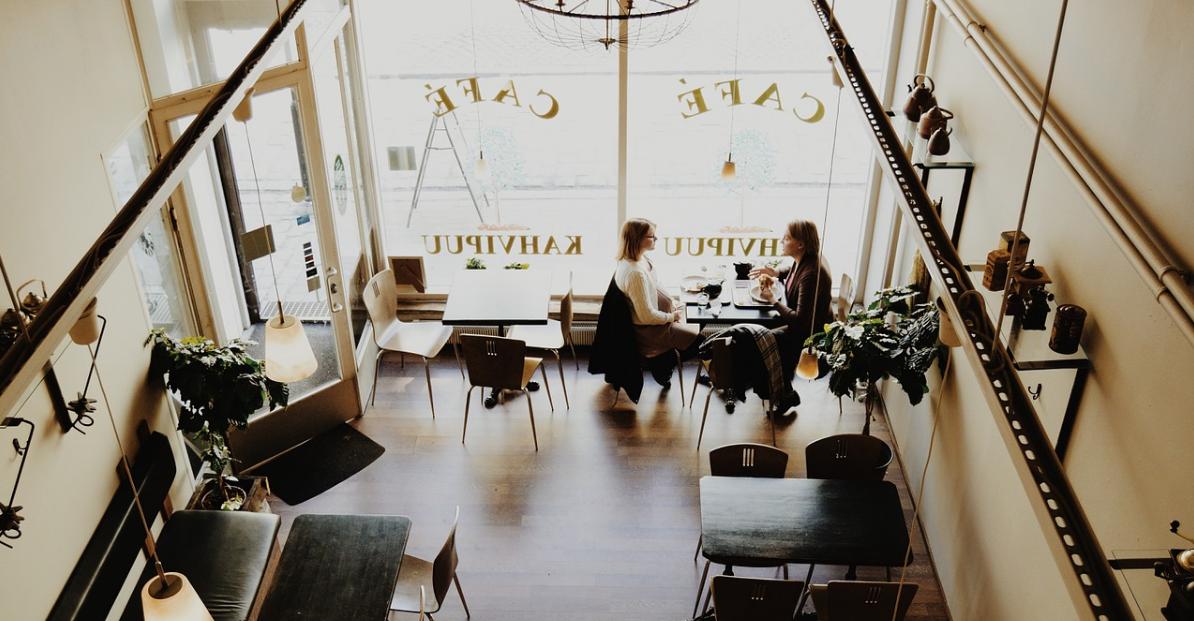conversazione nella caffetteria