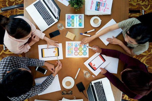 Un project manager incontra i colleghi per pianificare progetti o campagne sociali.
