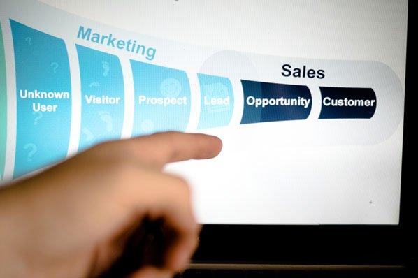 Un gestore di social community di canalizzazione marketing pianifica una strategia attorno alla canalizzazione dell'azienda.