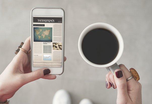 Un responsabile della community dei social media rivede regolarmente le notizie e le tendenze.