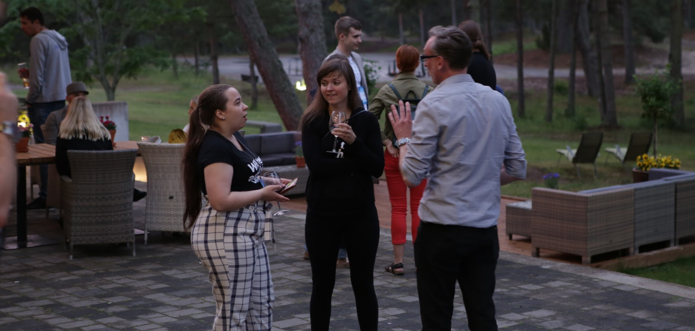 i partecipanti al campo di élite digitale che socializzano all'esterno.
