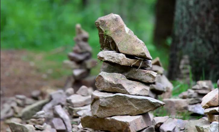 cairn sul sentiero escursionistico.