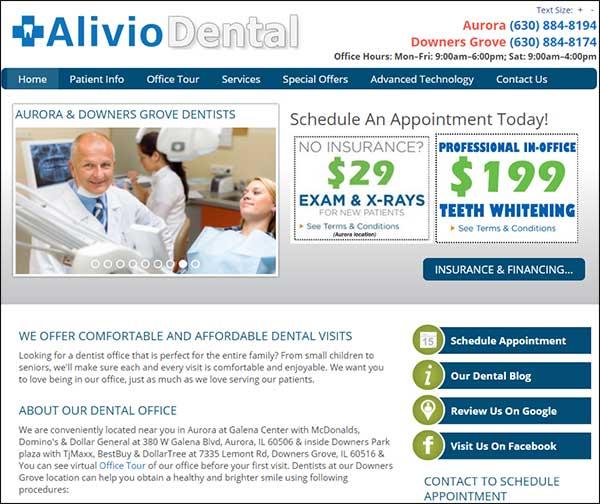 Dentista che offre un esame economico e un servizio di sbiancamento