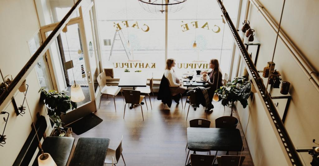 conversazione in caffetteria