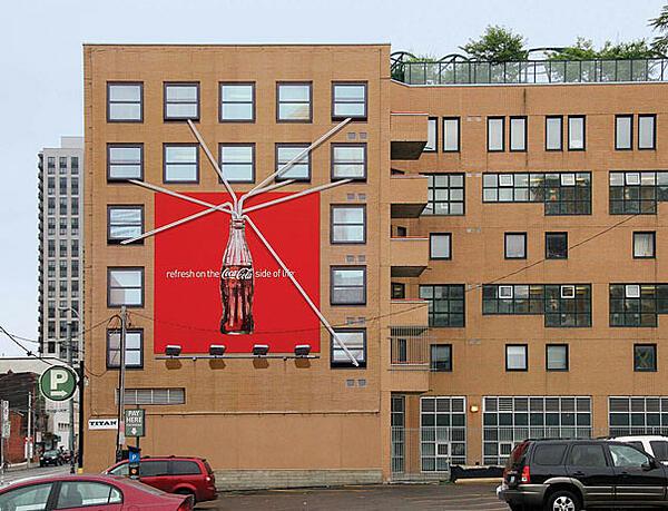 cartellone pubblicitario coca cola