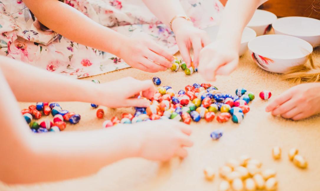 bambini che segmentano le caramelle per colore.