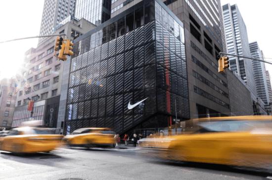 "Nike store New York ""width ="" 550 ""height ="" 365 ""srcset ="" https://megamarketing.it/wp-content/uploads/2020/01/1578995948_696_Demistificare-la-verità-sul-commercio.png 550w , https://www.smartinsights.com/wp-content/uploads/2020/01/Nike-store-New-York-700x465.png 700w, https://www.smartinsights.com/wp-content/uploads/ 2020/01 / Nike-store-New-York-150x100.png 150w, https://www.smartinsights.com/wp-content/uploads/2020/01/Nike-store-New-York-768x510.png 768w, https://www.smartinsights.com/wp-content/uploads/2020/01/Nike-store-New-York-250x166.png 250w, https://www.smartinsights.com/wp-content/uploads/2020 /01/Nike-store-New-York.png 843w ""dimensioni ="" (larghezza massima: 550px) 100vw, 550px"
