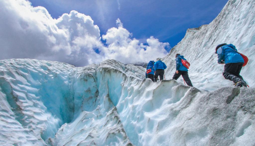 quattro persone che scalano una montagna.