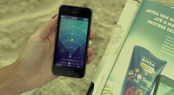 Annuncio di stampa interattivo di Nivea con cinturino per il monitoraggio di tuo figlio tramite smartphone.