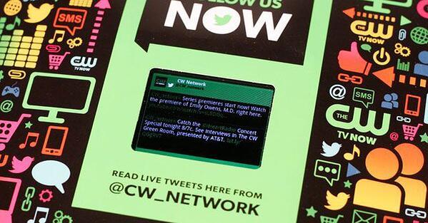 Annuncio di stampa interattivo di CW Network con schermo LCD in edizione di Entertainment Weekly.