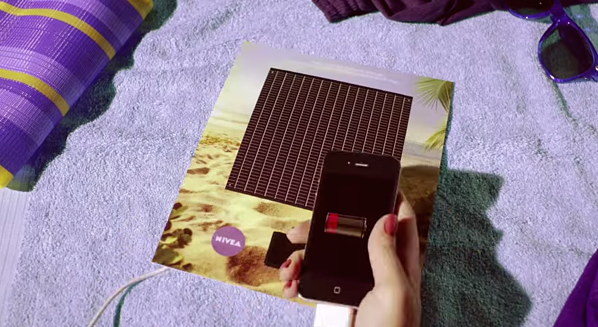 Annuncio di stampa interattivo di Nivea con caricabatterie per smartphone a energia solare sul retro della rivista.