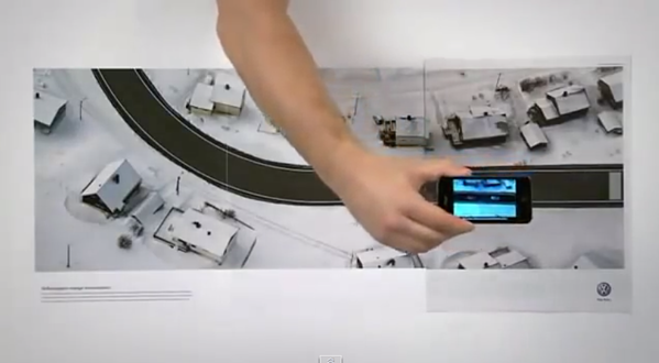 Annuncio di stampa interattivo di Volkswagon con diffusione di tre pagine che simula un test drive per auto tramite smartphone.