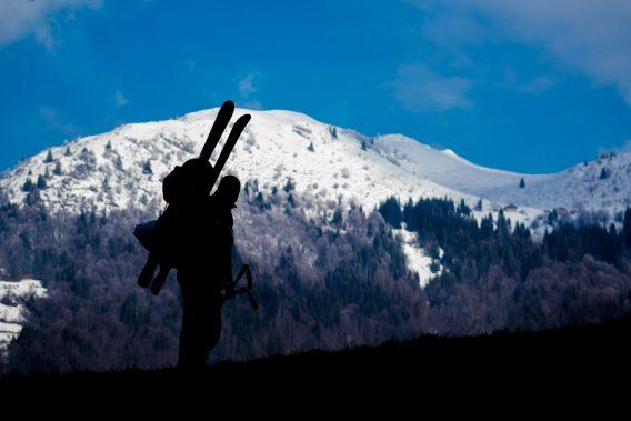 persona con gli sci in montagna.