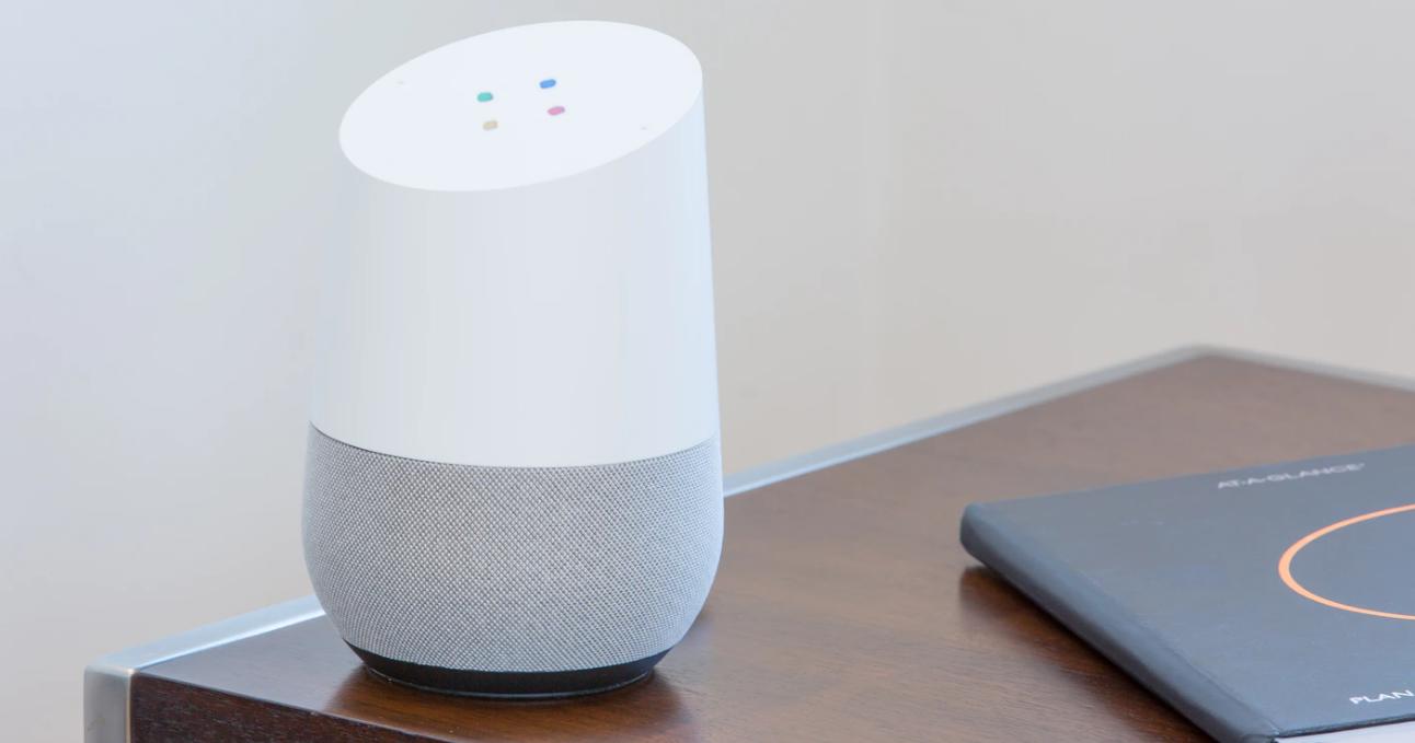 Google home speaker sul tavolo.