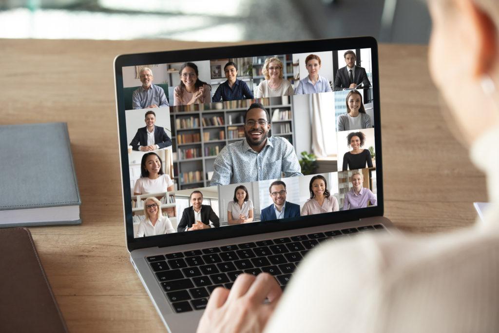 Un laptop che mostra una videochiamata piena di colleghi.